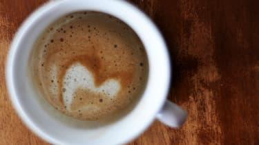 Privilégier les aliments contenant de la vitamine C permet de lutter contre les coups de fatigue au travail, quand on se passe de café.