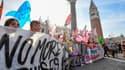 Plusieurs milliers de personnes ont manifesté  samedi à Venise pour demander l'interdiction du passage des grands navires dans la célèbre lagune.