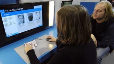 Le développement des logiciels de reconnaissance faciale permettent de reconnaître un visage dans une foule à partir de caméras et d'une base de données de photographies d'individus.