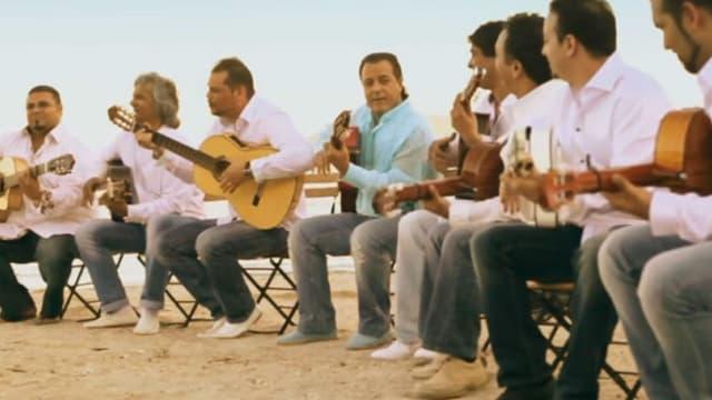 """Les membres du groupe Chico & The Gypsies dans le clip """"Amor de Mis Amores"""""""