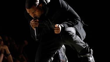 Kanye West portant en 2008 une paire de baskets Nike Air Yeezy 1