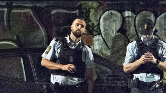 Deux policiers sur les lieux de la fusillade, mercredi 31 août, à Copenhague.