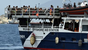 Des migrants arrivant par bateau dans le port de Messina.