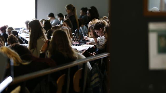 Dans les amphithéâtres, l'ordinateur a supplanté le stylo (photo d'illustration)