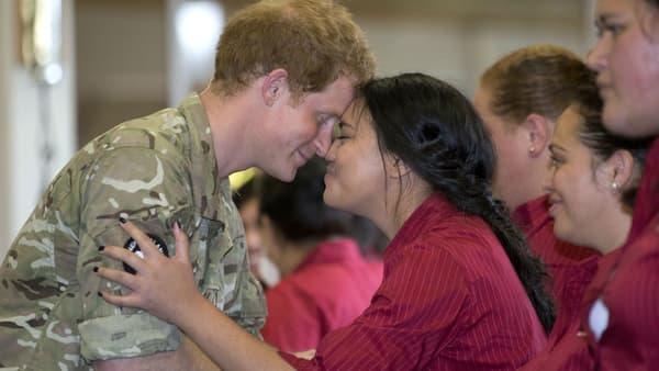 """Le prince Harry a été salué par des """"Hongis"""", des baisers avec le nez."""