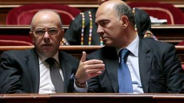 L'entourage de Bernard Cazeneuve, le ministre du Budget (à gauche), a fait savoir que le gouvernement était défavorable à l'élargissement de la taxe sur les transactions financières.