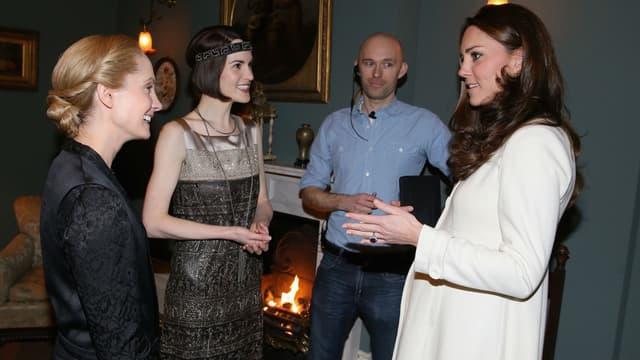 Kate Middleton sur le plateau de la série Downton Abbey face à Michelle Dockery et Joanne Froggatt