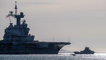 Le porte-avions Charles-de-Gaulle à la sortie du port de Toulon, le 5 mars 2019