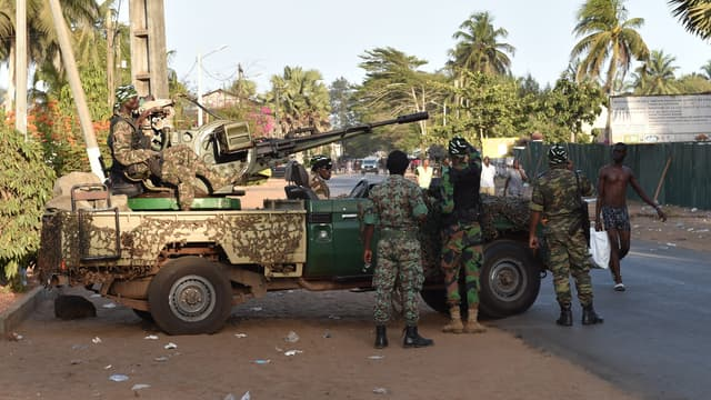 Des soldats patrouillent à Grand-Bassam, peu après l'attentat.