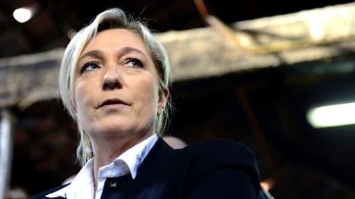 Ici en visite dans une fabrique de savon à Marseille, MArine Le Pen voit ses idées se banaliser chez les Français.