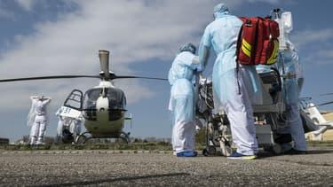 Evacuation de malades du coronavirus par hélicoptère (illustration)
