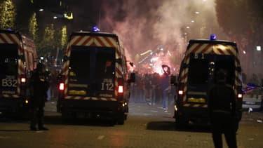 Fourgons de police sur les Champs-Elysées, dans la nuit de dimanche à lundi, pour encadrer le rassemblement des supporteurs du PSG.