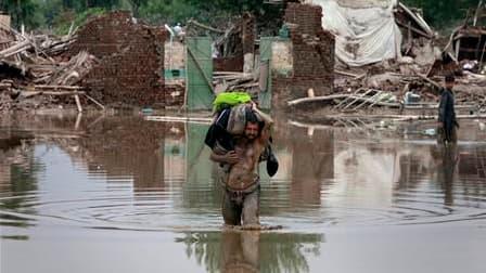 A Nowshera, dans le nord-ouest du Pakistan. Karachi est critiqué pour sa gestion des inondations qui ont tué plus de 1.000 personnes. /Photo prise le 2 août 2010/REUTERS/Faisal Mahmood