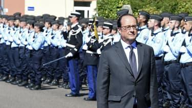 L'une des dernières photos de François Hollande avant son départ en vacances lors d'une visite dans une école de gendarmerie à Tulle, en Corrèze