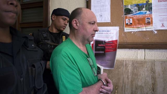 Christophe Naudin escorté au tribunal de Saint-Domingue en République Dominicaine, le 26 octobre 2017
