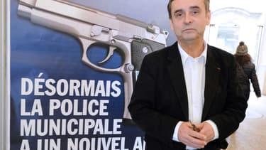 """Les affiches de Robert Ménard sur le """"nouvel ami"""" de la police municipale à Béziers sont l'une de ses nombreuses mesures médiatiques et controversées."""