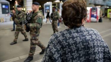 Des soldats de l'opération Sentinelle le 2 octobre 2017 à Paris à la gare Montparnasse