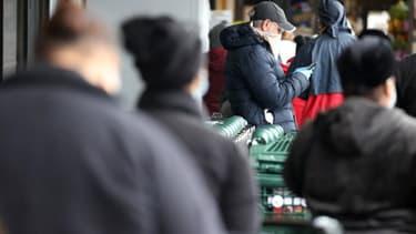 Des New Yorkais patientent avant de pouvoir faire des courses - Al Bello