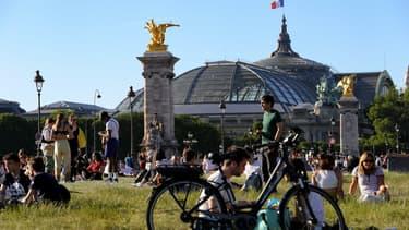 Des Parisiens se rassemblent sur l'esplanade des Invalides, lors de la première phase du déconfinement, le 28 mai 2020.