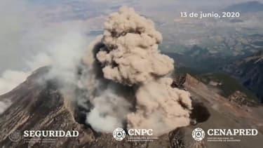 Les images aériennes de Popocatepetl, l'impression volcan mexicain en éruption