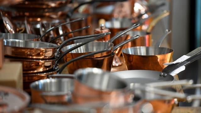 La PME a vu son chiffre d'affaires bondir de plus de 30% en 10 ans à 14 millions d'euros, réalisé à 50% dans le cuivre, 40% dans l'inox, pour des casseroles vendues entre 80 et 250 euros pièce.