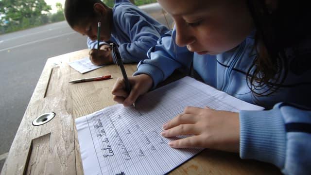 Des élèves de CM2 écrivent une dictée dans une école primaire de Caen. (photo d'illustration)