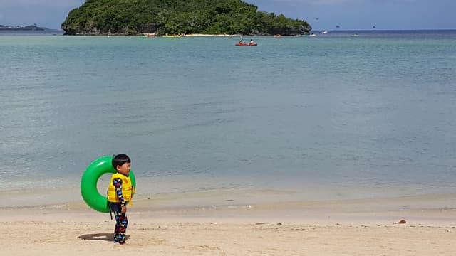 Un enfant joue sur une plage à Hagatna, capitale de l'île américaine Guam