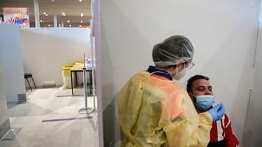 Un prélèvement PCR en train d'être réalisé à l'aéroport Roissy-Charles de Gaulle, en novembre 2020