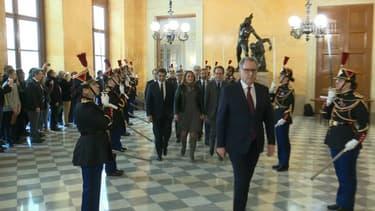 """Les présidents de groupes politiquent entrent ensemble à l'Assemblée, mardi 12 février, afin de marquer leur """"unité"""" face aux violences antiparlementaires"""