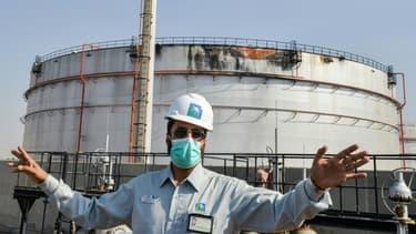 Un salarié de l'usine du géant pétrolier saoudien Aramco à l'usine de Jeddah, le 24 novembre 2020.