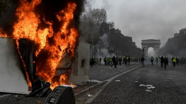 Une remorque en feu sur les champs-Elysées - Bertrand Guay - AFP