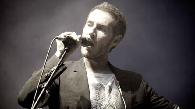 Robert Del Naja sur scène en 2010.