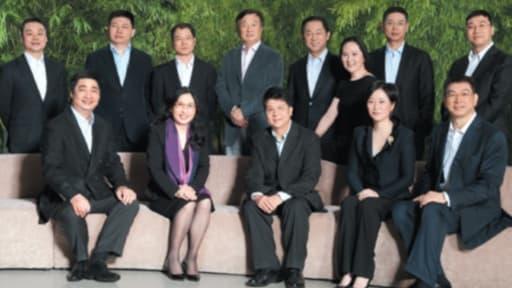 Le conseil d'administration avec le fondateur Ren Zhengfei (debout avec la veste claire) et la présidente Sun Yafang (assise avec le foulard violet)