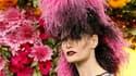 Pour la collection de prêt-à-porter printemps-été 2011 d'Ungaro, le styliste Giles Deacon a opté lundi pour une présentation manège faisant tourner le public autour de silhouettes sixties dans la serre du parc André Citroën à Paris. Légère et riante, la f