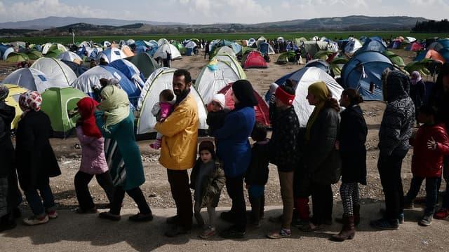 Sur le camp grec d'Idomeni, des milliers de réfugiés font la queue pour obtenir un peu d'eau et de nourriture.