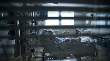 Un patient infecté par le Covid-19, dans le service des soins intensifs à l'hôpital Saint-Camille à Bry-sur-Marne (Ile-de-France), le 15 avril 2021