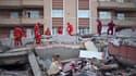 Membres du Croissant-Rouge s'affairant au milieu des gravats à Ercis, lundi. Selon le dernier bilan diffusé mardi par le centre de crise, le bilan du tremblement de terre qui a frappé dimanche le sud-est de la Turquie s'élève désormais à 366 morts et 1.30