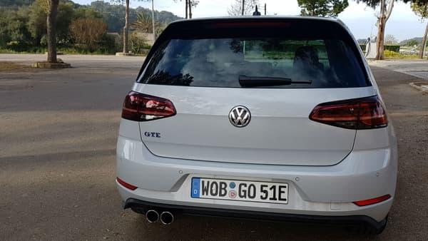 Au-delà de son badge GTE, cette version se distingue par ses deux pots d'échappement à l'arrière.