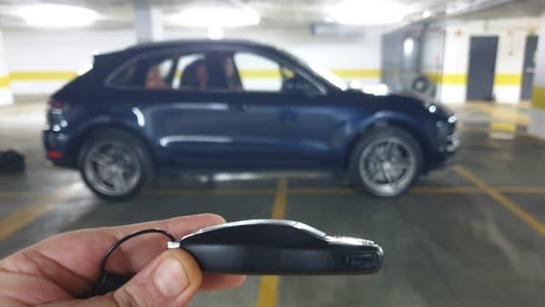 Si la clé n'a pas vraiment la silhouette du SUV, elle rappelle l'ADN sportif de Porsche.