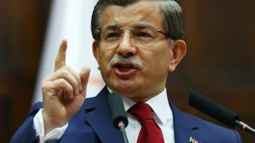 Le Premier ministre turc  Ahmet Davutoglu s'exprime lors d'une réunion de son parti AKP, à Ankara, le 3 mai 2016