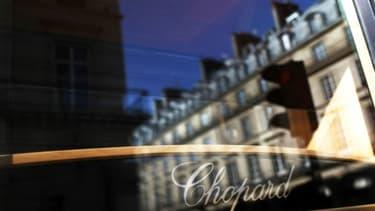Des immeubles parisiens reflètent sur l'une des vitrines d'une boutique Chopard, Place Vendôme à Paris, le 30 mai 2009
