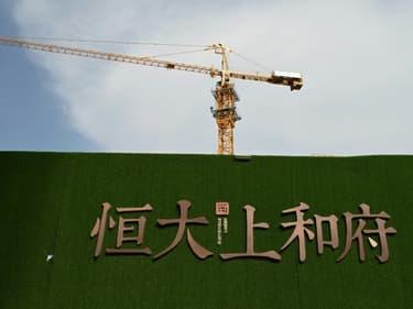 Le logo du groupe Evergrande sur un chantier à Pékin, le 13 septembre 2021