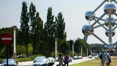 La Mustang en versions convertible et fastback devant le célèbre Atomium de Bruxelles