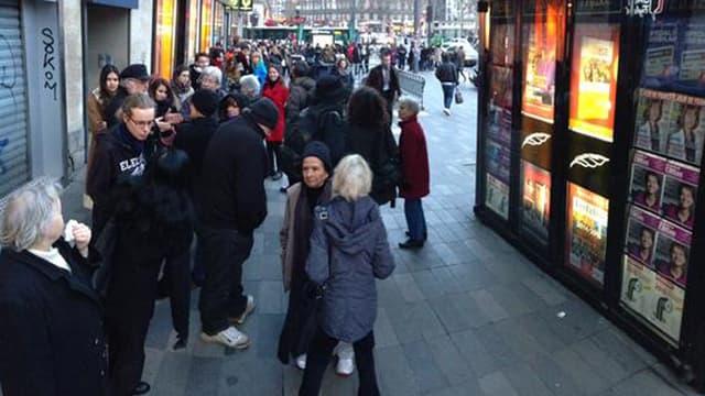 Devant de nombreux kiosques des files d'attente se sont formées de bonne heure, mercredi matin, pour la sortie du nouveau numéro de Charlie Hebdo.