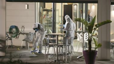 Des enquêteurs inspectent les lieux dans une brasserie à Ajaccio, le 8 juin 2020 après qu'un tireur masqué a fait deux blessés