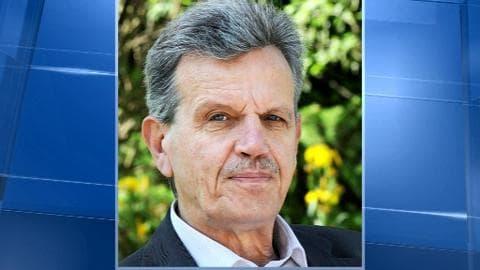 Raymond Avrillier, militant écologiste grenoblois, lit un document dans un parc le 14 mai 2012 à Grenoble.