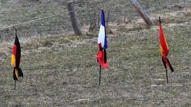 Des drapeaux allemand, français et espagnol en signe de deuil, plantés au Vernet, près du lieu du crash de l'A320.