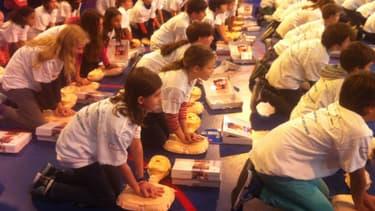 Les élèves de l'école Jeannine Manuel, en plein exercice de secours, mardi.