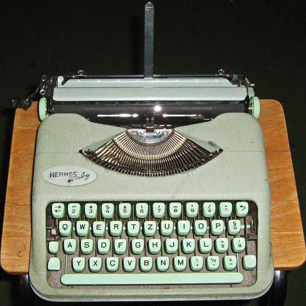 La machine Hermès Baby, commercialisée en 1935 par le suisse Paillard, a su se glisser sous les doigts d'Ernest Hemingway.
