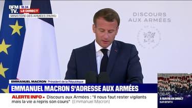 """Emmanuel Macron: """"Demain, les Armées sauront céder la première place"""" aux soignants """"qui se sont battus"""" contre le Covid-19"""